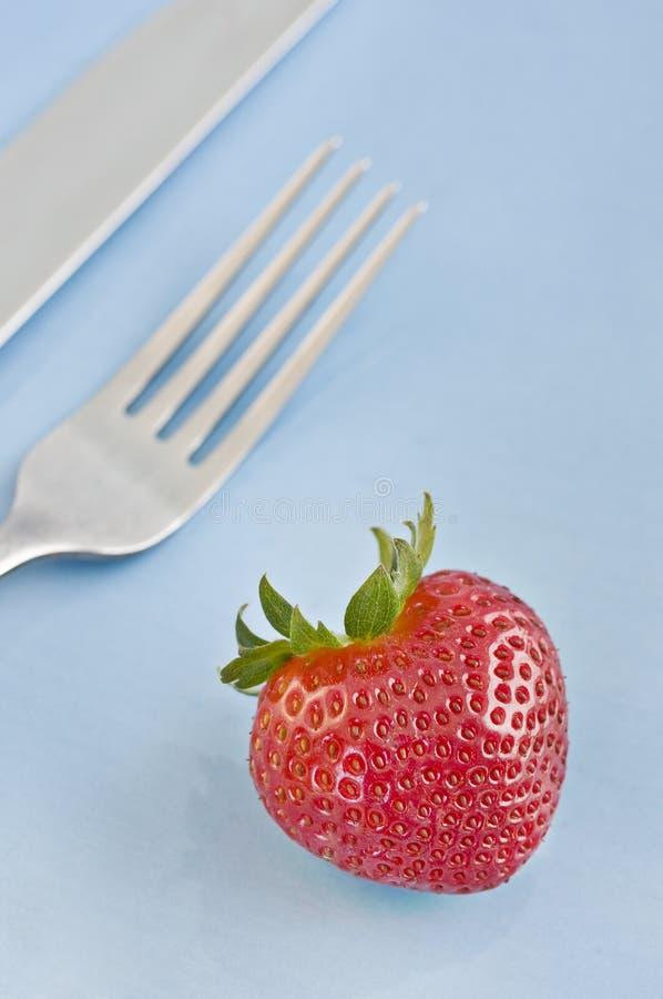 nya röda jordgubbar för gaffel royaltyfri fotografi