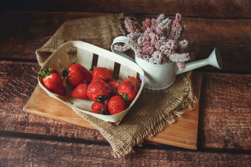 Nya r?da jordgubbar p? tr?tabellen arkivfoto