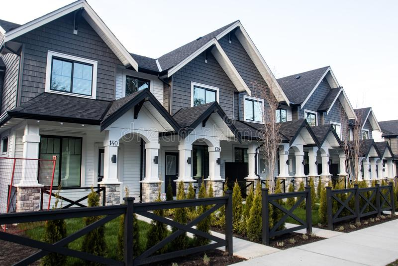 nya radtownhouses för andelslägenheter arkivfoton