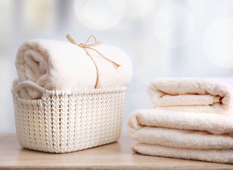 Nya rena handdukar på trätabellen royaltyfri foto