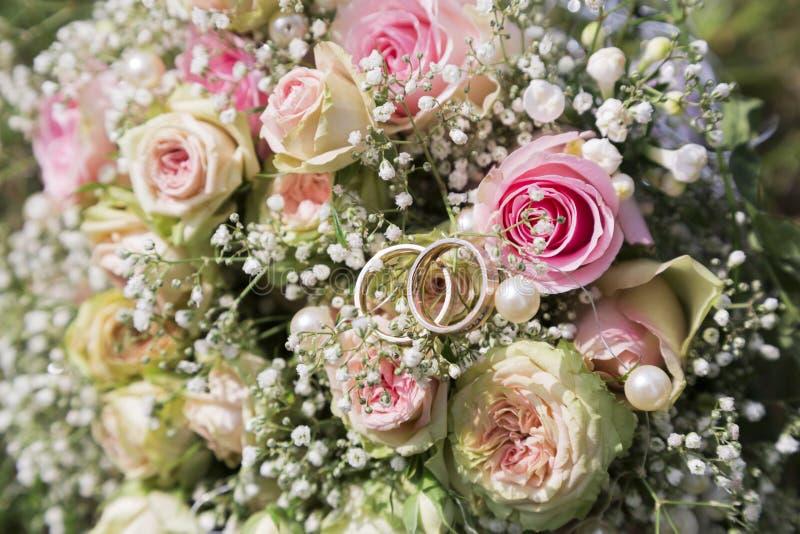 Nya rosa rosor för romantisk ny bröllopbouquetof arkivbilder