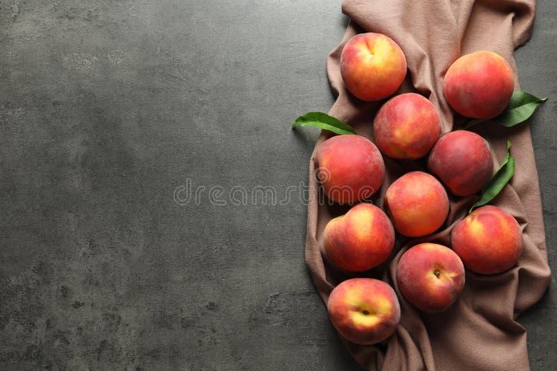 Nya söta persikor på tabellen royaltyfri bild