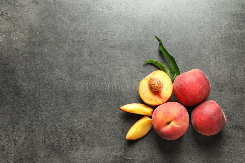 Nya söta persikor på tabellen royaltyfri foto