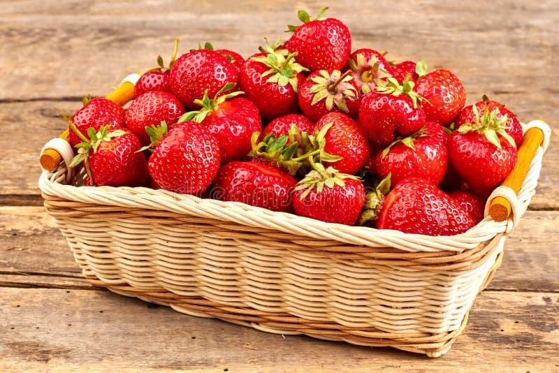 nya saftiga jordgubbar för korg arkivbild