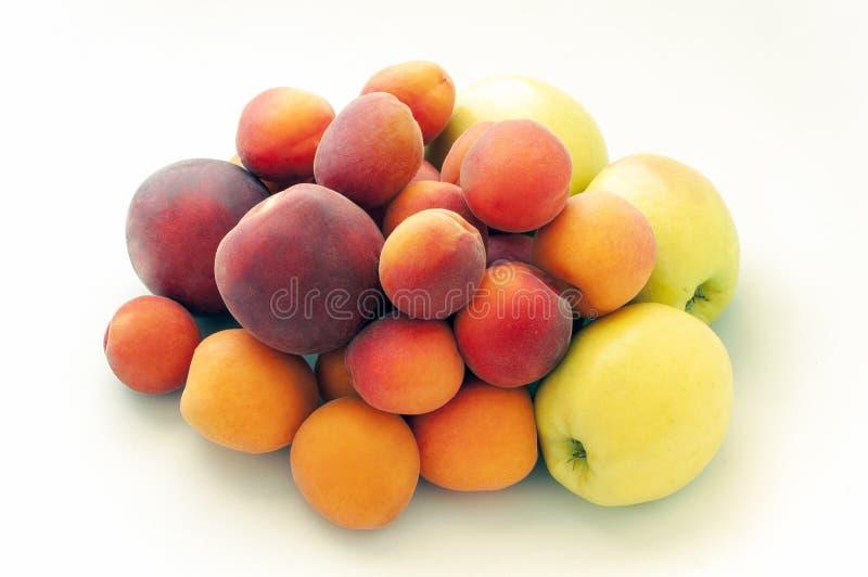 Nya saftiga persikafrukter, gröna äpplen och mogna aprikors som isoleras på vit bakgrund Sommarfruktbegrepp N?rbild royaltyfria bilder