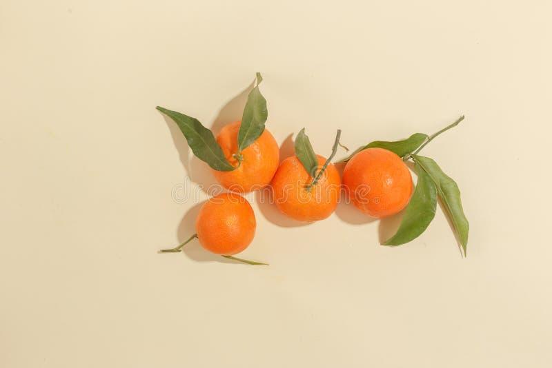 Nya saftiga tangerin på en gul bakgrund Sommarlynne, sund mat Top beskådar royaltyfria foton