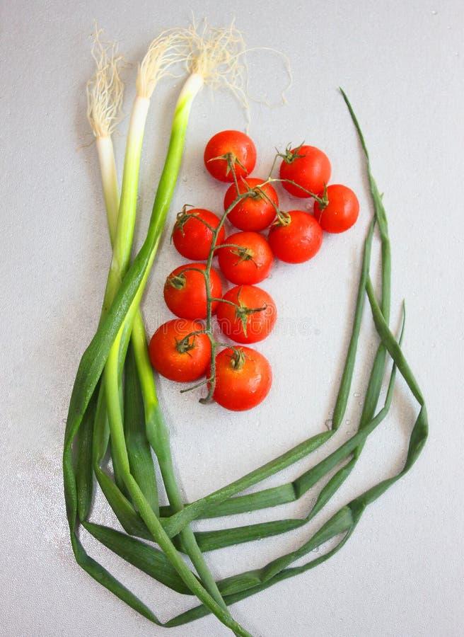 Nya salladslök och Cherry Tomatoes på frunch för sallad arkivfoton