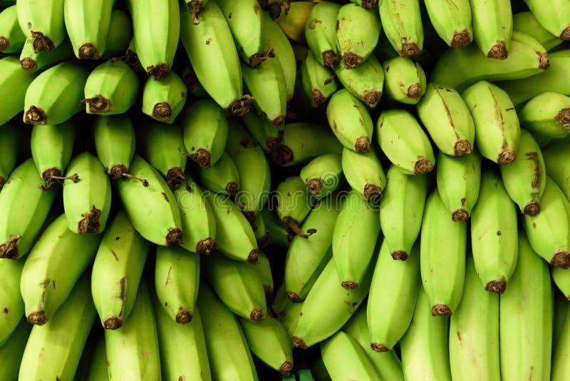 Nya skördade gröna bananer i bönder producerar marknaden i Colombia royaltyfri foto