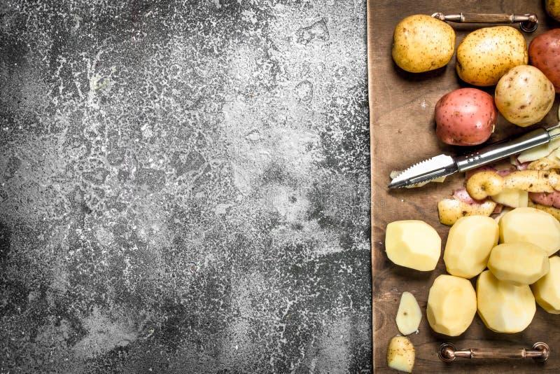 Nya skalade potatisar i ett gammalt magasin arkivbilder