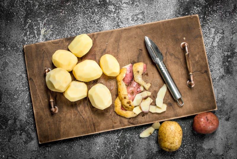 Nya skalade potatisar i ett gammalt magasin royaltyfria bilder