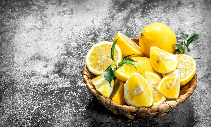 Nya skivor av citroner i korgen fotografering för bildbyråer