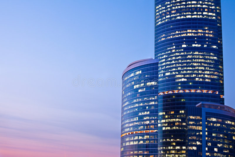 nya skyskrapor för afton arkivfoton