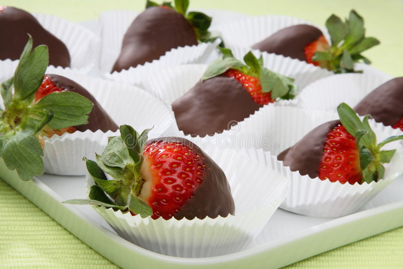 nya smältta jordgubbar för choklad arkivbild