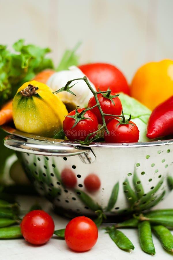 Nya smakliga grönsaker med vatten tappar i satsen fotografering för bildbyråer