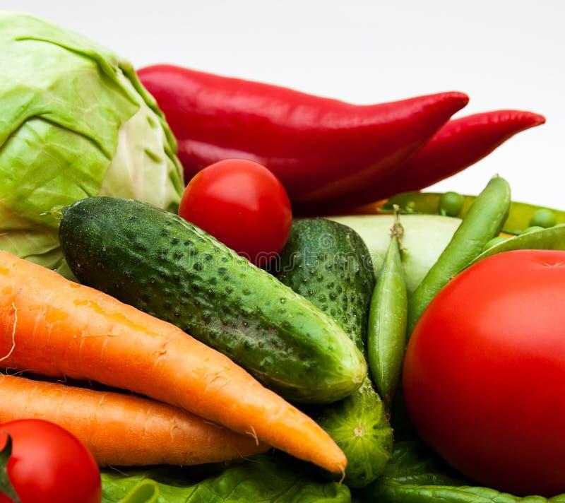 Nya smakliga grönsaker på vit bakgrund. royaltyfri bild