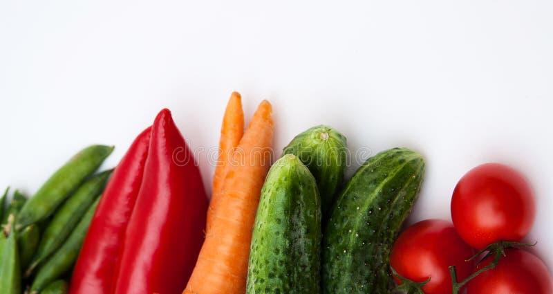 Nya smakliga grönsaker på vit bakgrund. arkivbild