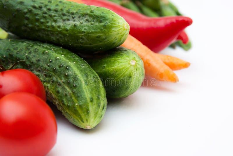 Nya smakliga grönsaker som isoleras på vit. royaltyfria bilder