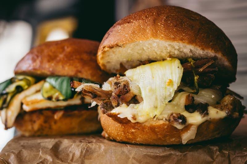 Nya smakliga grillade hamburgare med kött och grönsaker Selektivt fokusera fotografering för bildbyråer