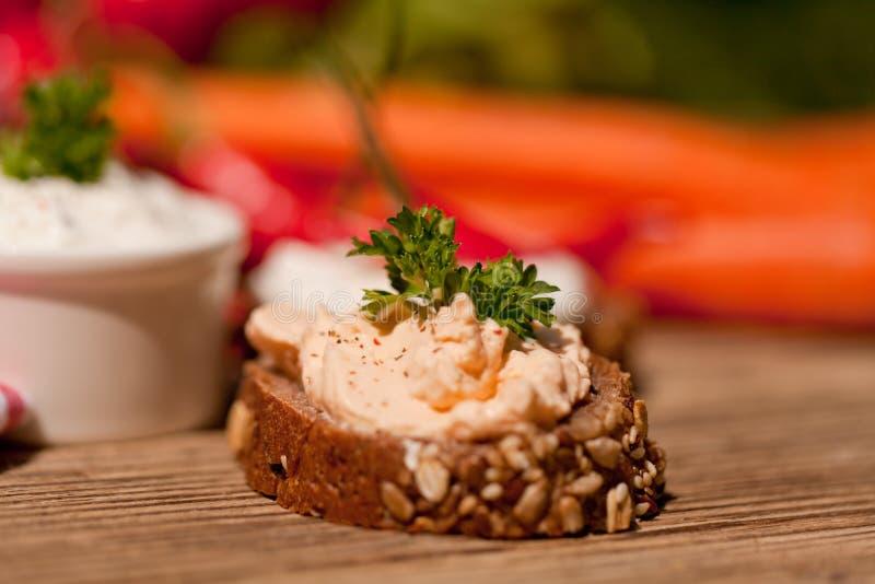 Nya smakliga hemlagade gräddost och örter med bröd royaltyfria foton