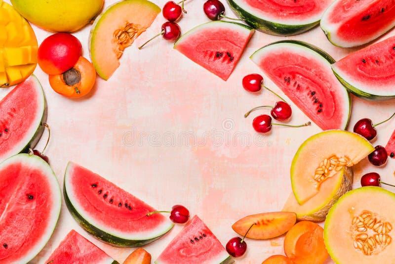 Nya sommarfrukter Bär frukt skivor, vattenmelon och melon, mango Ts arkivbild