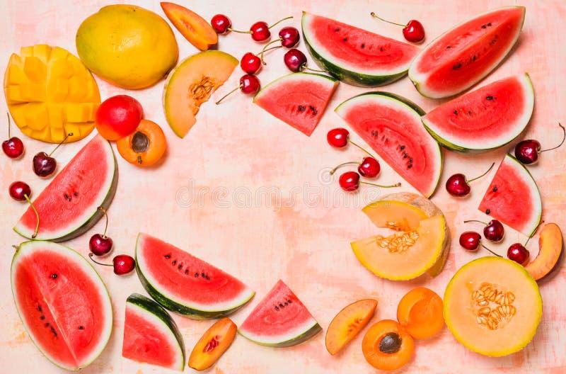 Nya sommarfrukter Bär frukt skivor, vattenmelon och melon, mango Ts fotografering för bildbyråer