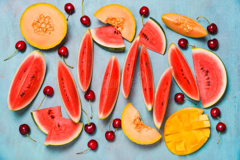 Nya sommarfrukter Bär frukt skivor, vattenmelon och melon, mango Ts royaltyfri bild