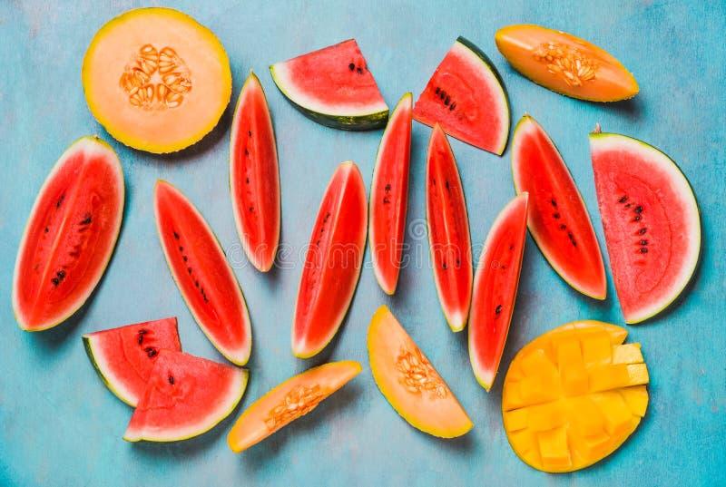 Nya sommarfrukter Bär frukt skivor, vattenmelon och melon, mango Ts royaltyfri fotografi
