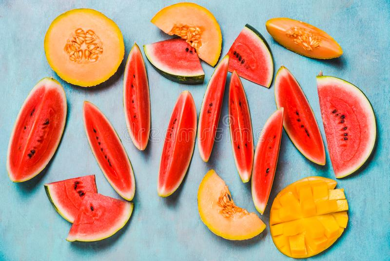Nya sommarfrukter Bär frukt skivor, vattenmelon och melon, mango Ts royaltyfria foton