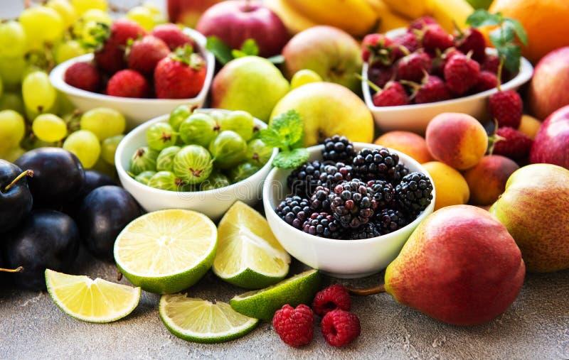Nya sommarfrukter och bär royaltyfria bilder