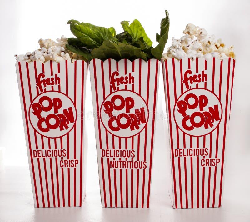 Nya spenatspill ut ur popcornbehållaren arkivbild