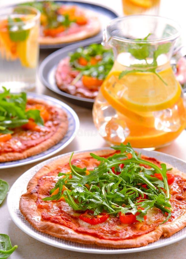 Nya strikt vegetarianpizza för ugn arkivfoto