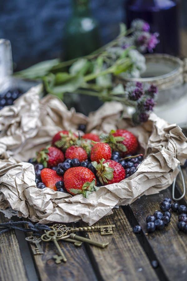 Nya sunda skogblåbär och smaklig frukost royaltyfria bilder