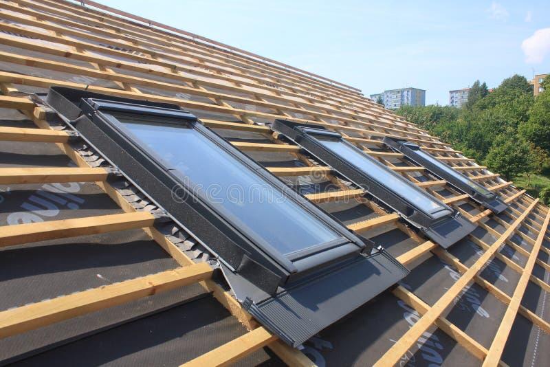 Nya tak och takfönster royaltyfri fotografi