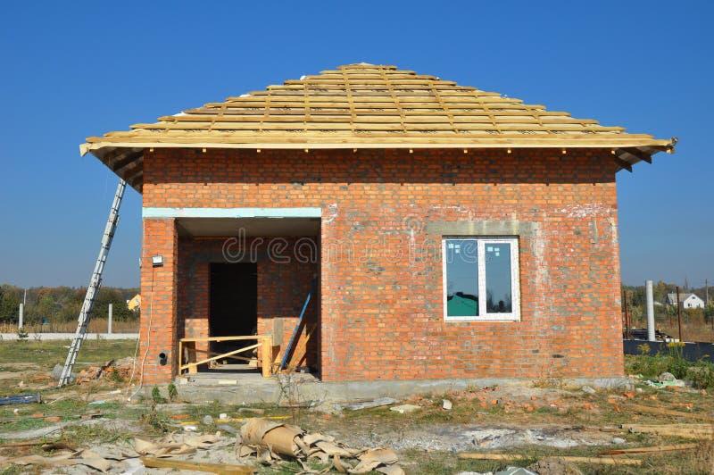 Nya takmembranbeläggningar med hem- inrama för träkonstruktion med utomhus- taktaksparrar arkivfoto