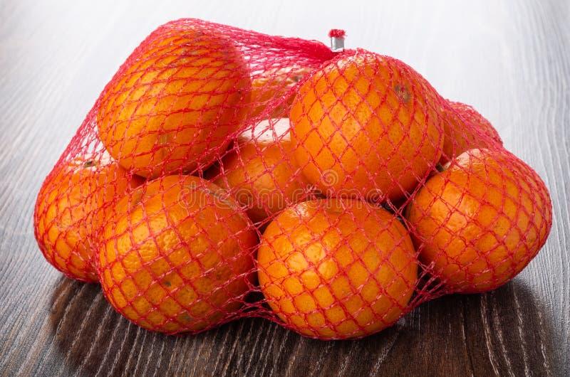 Nya tangerin i ingrepp på trätabellen arkivfoto