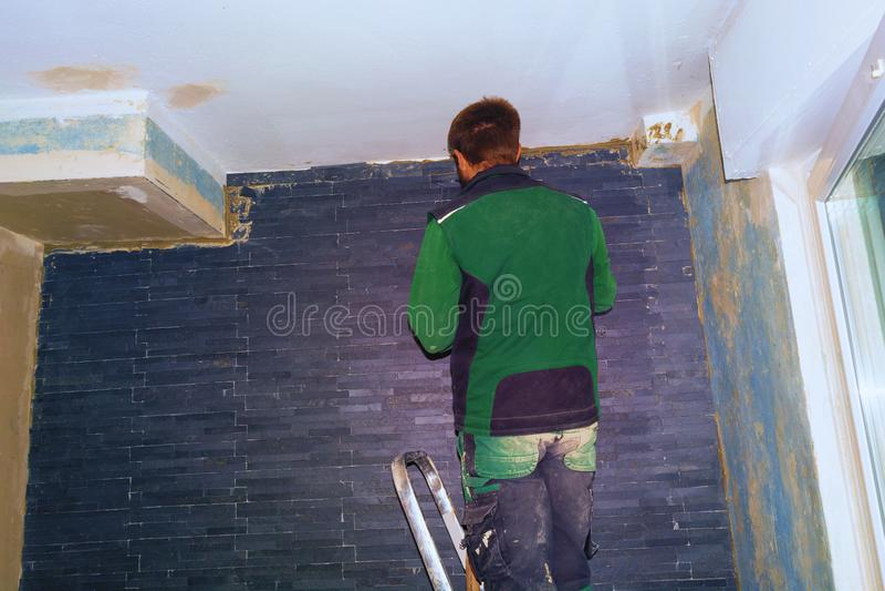 Nya tegelplattor för Tilerställe på väggen arkivfoto