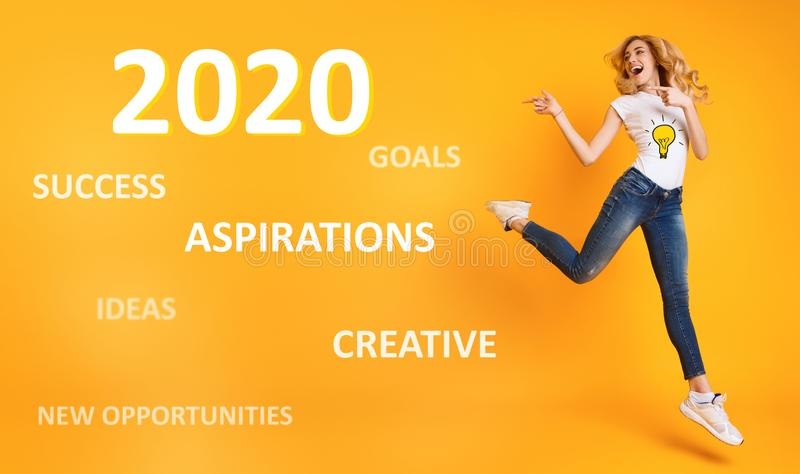 Nya tillfällen av 2020 Driftig flicka som hoppar nära motivational text arkivfoto