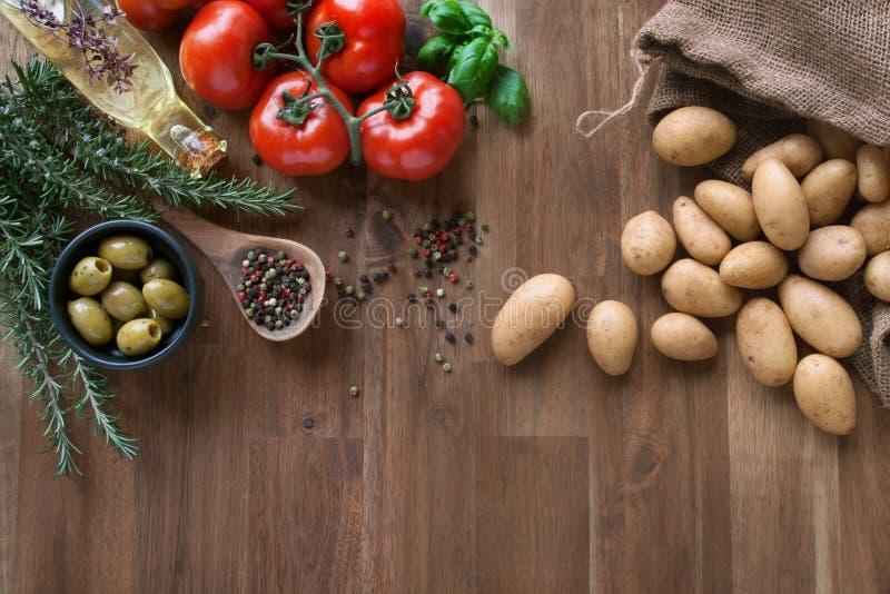 Nya tomater med kryddor och potatisar royaltyfri fotografi