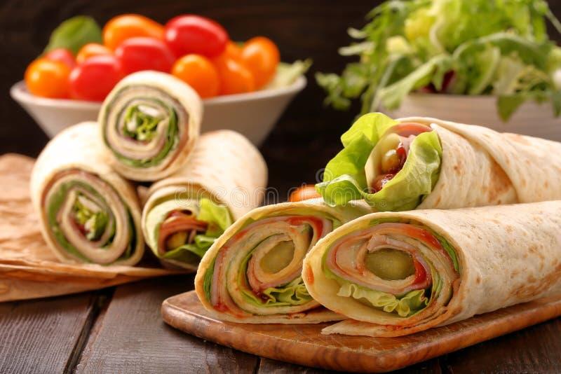 Nya tortillasjalar med skinkaost och grönsaker arkivfoto