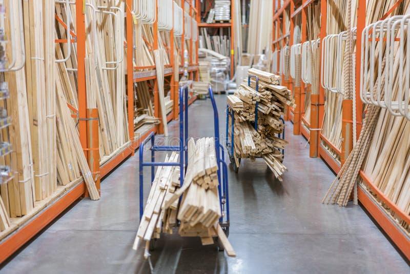 nya trästänger för bunt på hyllor inom bråtegård av det stora maskinvarulagret i Amerika Kuggen av nytt maler eller klippte träti royaltyfri foto