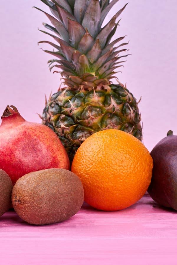 Nya tropiska frukter på rosa trä fotografering för bildbyråer
