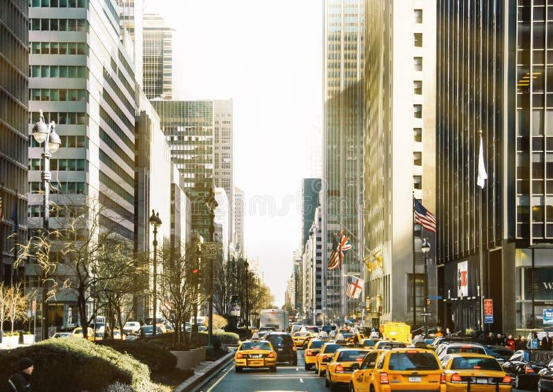 nya USA york 2009 februari Aveny med biltrafik och taxi i Manhattan royaltyfri foto