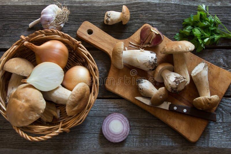 Nya vita champinjoner i korg och ingredienser för champinjons kräm-soppa på träbräde royaltyfri bild
