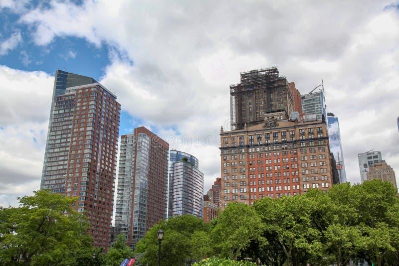 Nya York-Juni 16,2018: Det stora kontoret som buliding i New York nära batteriet, parkerar på USA arkivbilder