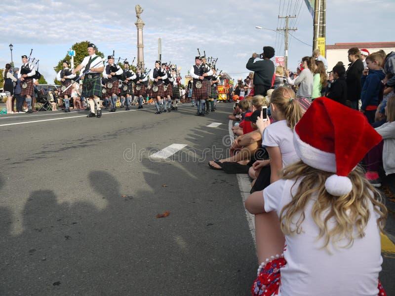 Nya Zeeland: liten stadjul ståtar flickan som väntar på den skotska säckpipe- musikbandet arkivbild