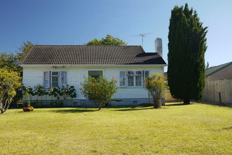Nya Zeeland: vanligt litet hus med gräsmatta arkivfoto