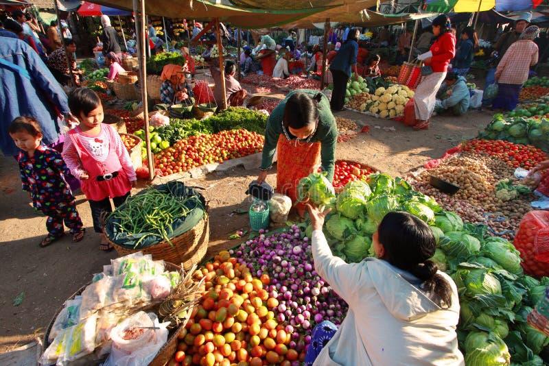 Nyaung-U för handelaktiviteter marknad, Myanmar. arkivfoto