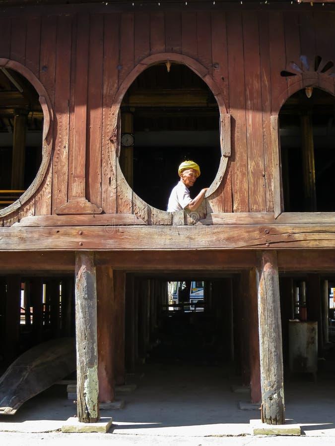 Nyaungshwe, Myanmar - 24 janvier 2015 : Un ol local non identifié image stock