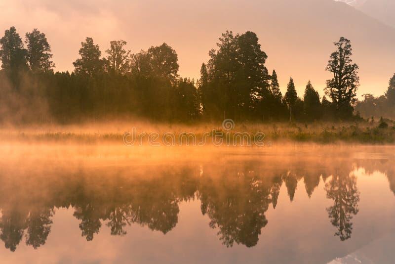 Nyazeeländsk Matheson vattensjö med reflexion arkivfoto