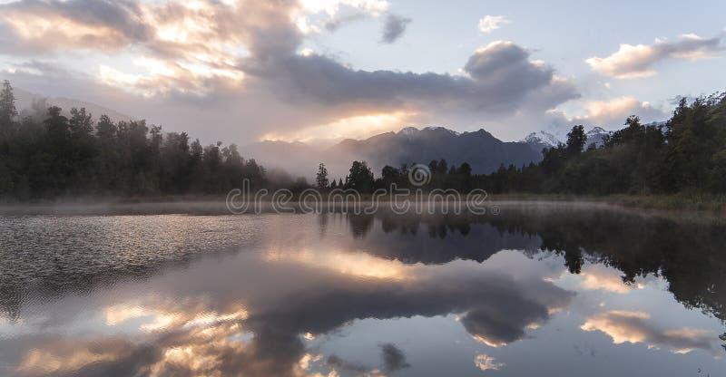 Nyazeeländsk sjösiktsförfriskning med morgonsoluppgånghimmel royaltyfria bilder